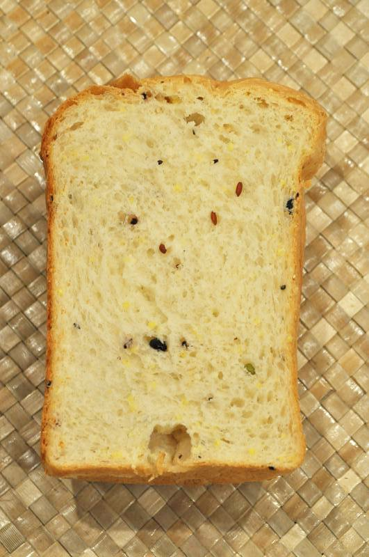 ホームベーカリーで十六穀米入り食パン