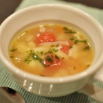 プチトマト入りにんにく風味の野菜スープ