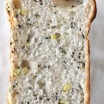 ホームベーカリーで黒ごま入りさつまいもご飯パン