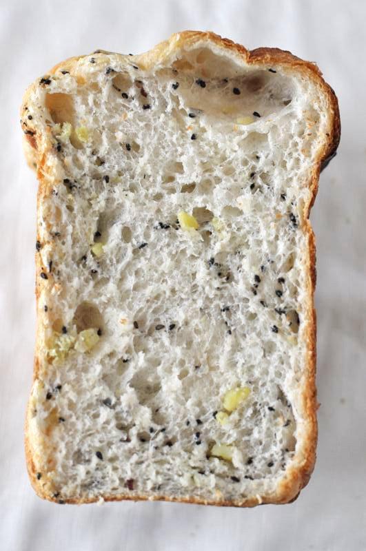 ホームベーカリーで黒ごま入りさつまいもパン